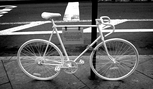 Bicicletas blancas en honor a ciclistas fallecidos en accidentes